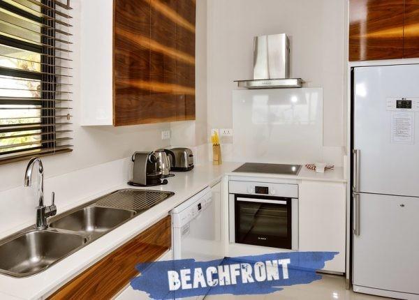 Leora beachfront Apartments kitchen